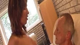 Suzie obciąga fiuta staremu facetowi