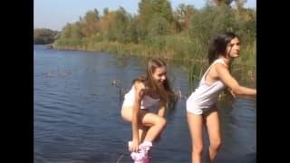 Dwie dziewczyny lubią się pieścić