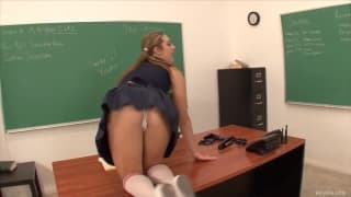 Bailey Blue uwielbia profesorską spermę