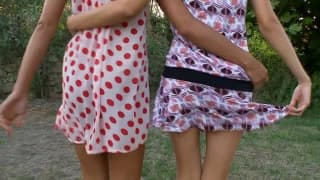 Młode dziewczyny pieszczą sobie cipki na kocu