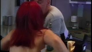 Rudy karzeł wyjebany na stole