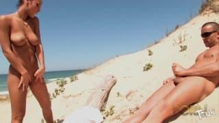 Gorące pieprzenie na plaży z Jade Laroche