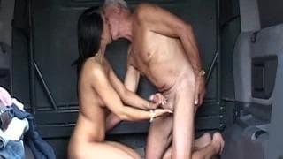 Brunetka zajmuje się napalonym dziadkiem