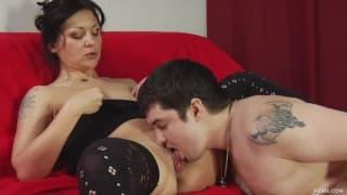 Napalona i gorąca mamuśka w pończochach