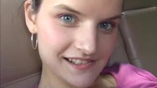 Nastolatka lubi się masturbować, nawet w aucie