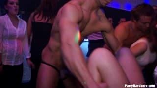 Seks impreza z udziałem setki swingerów