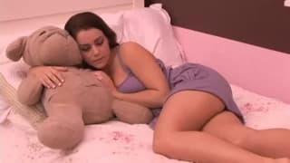 Młoda brunetka i jej pierwsze lesbijski seks