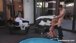 Ostry seks przy basenie na oczach męża