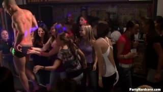 Seks grupowy amatorów w nocnym klubie