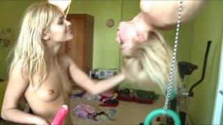 Młode lesbijki pierdolą się w siłowni