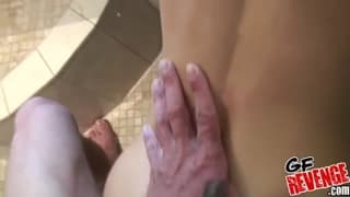 Młoda laska podczas kąpieli podnieciła faceta