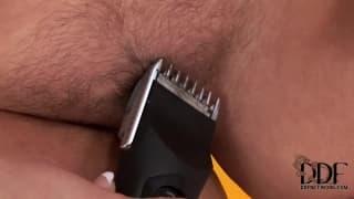 Valentina daje pokaz golenia pizdy