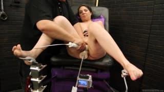 Kiki Daire wypróbowuje seks - maszynę