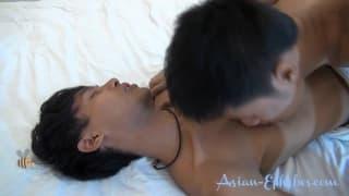 Dwóch gejów-Azjatów i duża przyjemność