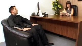 Carrie Ann pierdoli się w swoim biurze