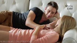 Dziwka powoli zlizuje spermę z chuja