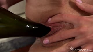 Młoda Kate A-masturbacja butelką wina!