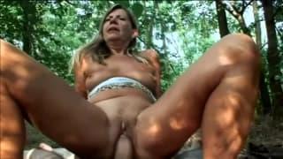 Samantha to starsza babka wyruchana w lesie