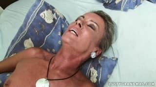 Opalona babcia po kąpieli gotowa na seks