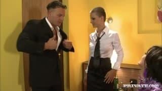 Kelnerka dołączyła do napalonej pary w hotelu