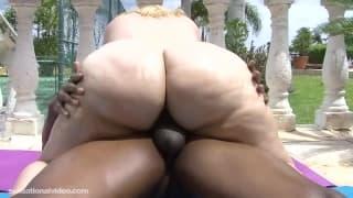 Mazzeratie Monica z wielką dupą gotową na seks