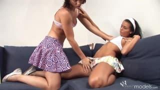 Carmen Leatitia delikatnie dotyka koleżankę
