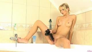 Super blondynka masturbuje się w wannie