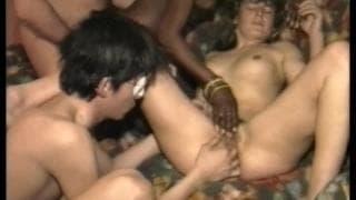 Seks grupowy z biurze z czarną sekretarką