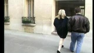 Już zaczął jej lizać cipę na podwórku
