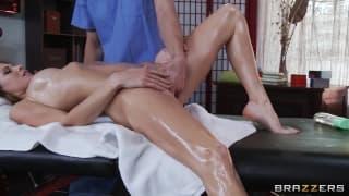 Jenni Lee czeka bardzo przyjemny masaż