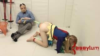 Emma Haize obciąga kutasa przez gumkę