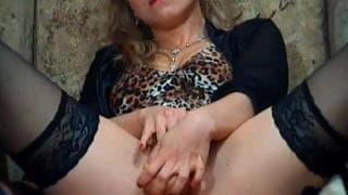 Blondyn girl cam wywija dupą przed kamerką
