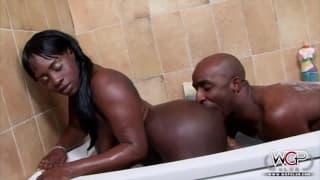 Czarna para długo się rucha w wannie