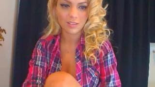 Blondyna rozkłada nogi przed kamerą