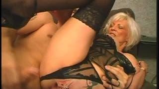Blondynka pakuje dildo w wykolczykowaną cipę