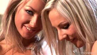 Blond lesby nie przestają się pieścić