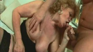 Babcia Renata zabawia się wielkimi balonami