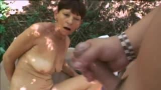 Babcia szybko obciąga w lesie na kocyku