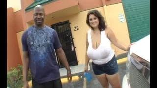 Za 20 dolców wymyje samochód w mokrej koszulce