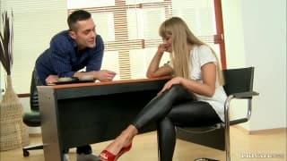 Blondynka Milla zaspokoiła go swoimi stopami