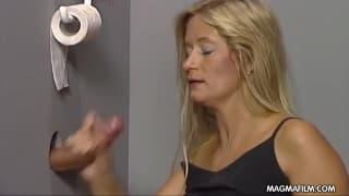 Dojrzała blondynka zarabia obciąganiem!