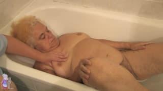 Stara i napalona Hermine w wannie