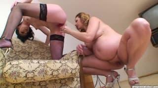 Lesbijka masturbuje ciężarną kochankę