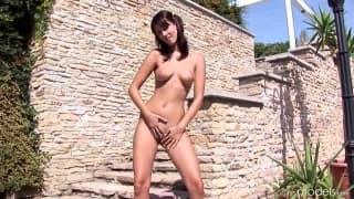 Lily Love chce się masturbować w słońcu