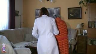 Stara babcia jebie się z pielęgniarką!