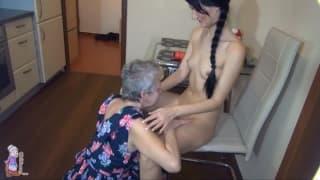 Babcia lesbijka wyliżej młodą brunetkę