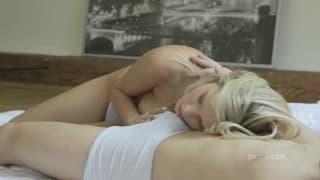 Blondynka uprawia seks z kochankiem