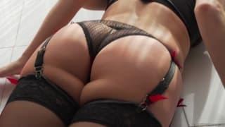 Ashley Fires chwali się swoim seksownym ciałem