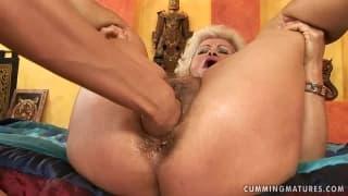 Stara zboczona baba doprowadza się do orgazmu