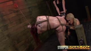 Ostry lesbijki seks z dominacją i dildo